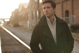線路の上を歩く男性の写真素材 [FYI03952926]