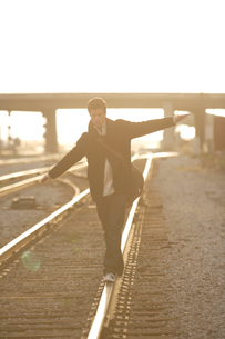 線路の上を歩く男性の写真素材 [FYI03952934]