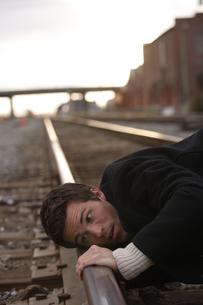 線路の音を聞く男性の写真素材 [FYI03952939]