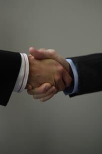 握手するビジネスマンの写真素材 [FYI03952949]