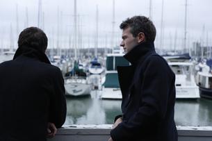 ボートデッキにいる男性2人の写真素材 [FYI03952952]
