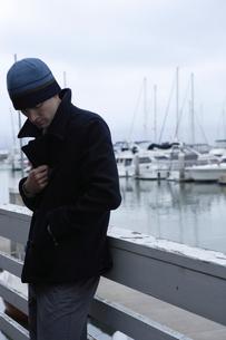 ボートデッキにいる男性の写真素材 [FYI03952957]