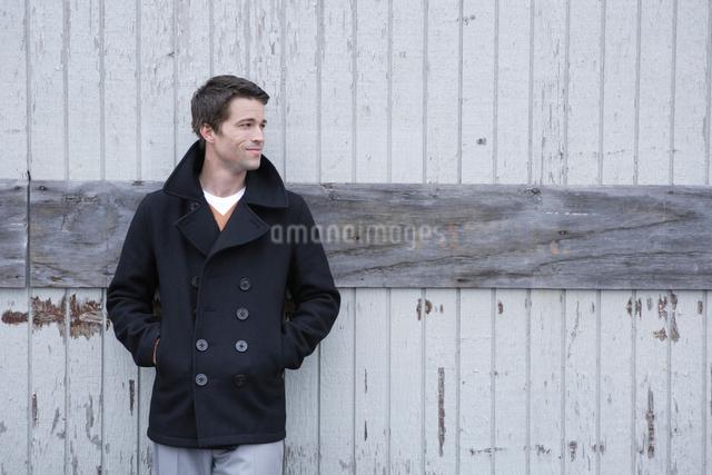 倉庫の前に立つ男性の写真素材 [FYI03952965]