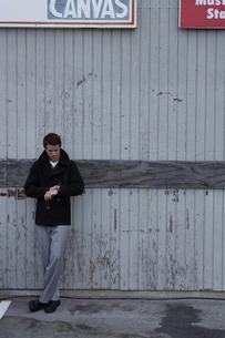 倉庫の前に立つ男性の写真素材 [FYI03952967]