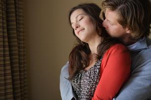 寄り添い合うカップルの写真素材 [FYI03952994]