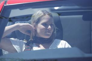 車の助手席に座る女性の写真素材 [FYI03953047]