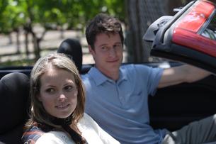 車に乗っているカップルの写真素材 [FYI03953049]