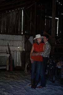 馬小屋で寄り添うカップルの写真素材 [FYI03953085]