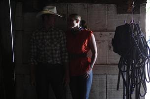 馬小屋で寄り添うカップルの写真素材 [FYI03953087]