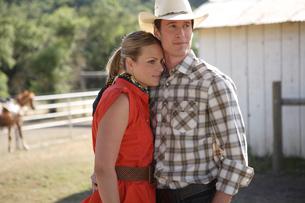 牧場で寄り添うカップルの写真素材 [FYI03953091]