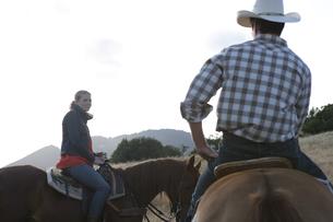 乗馬をするカップルの写真素材 [FYI03953107]