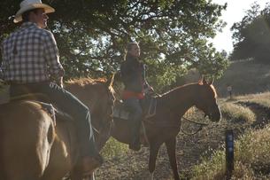 乗馬をするカップルの写真素材 [FYI03953109]