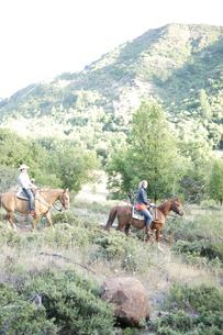 乗馬をするカップルの写真素材 [FYI03953110]