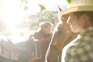 乗馬中に休憩をとるカップルの写真素材 [FYI03953112]