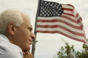 アメリカ国旗を眺める男性の写真素材 [FYI03953125]