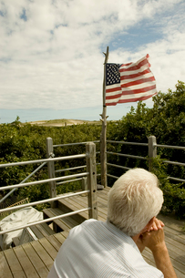 アメリカ国旗を眺める男性の写真素材 [FYI03953126]