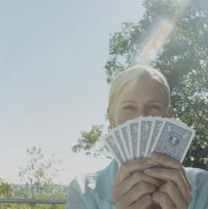 トランプで遊ぶ女性の写真素材 [FYI03953129]