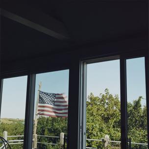 風になびくアメリカ国旗の写真素材 [FYI03953133]
