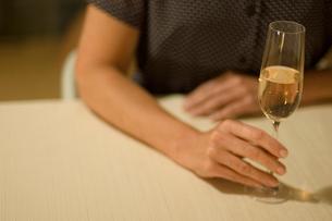 スパークリングワインを飲む女性の手の写真素材 [FYI03953169]