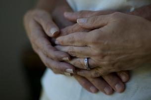 手を重ねあう老夫婦の写真素材 [FYI03953170]