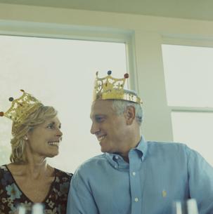 王冠をかぶって見詰め合う夫婦の写真素材 [FYI03953182]