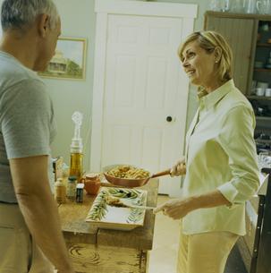 キッチンでパスタを料理する女性の写真素材 [FYI03953190]