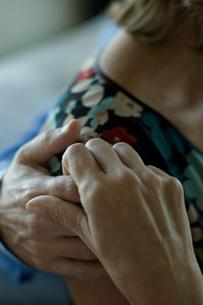 肩の上で手を繋ぐ夫婦の写真素材 [FYI03953217]