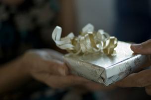プレゼントを受け取る女性の手の写真素材 [FYI03953219]