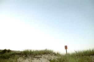海岸沿いの小道と標識の写真素材 [FYI03953310]