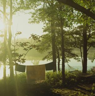 湖畔に干されたブランケットとハンモックの写真素材 [FYI03953316]