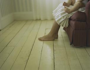 ソファーに座った母親の膝に座った男の子の写真素材 [FYI03953357]