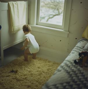 窓辺で遊んでいる男の子の写真素材 [FYI03953389]