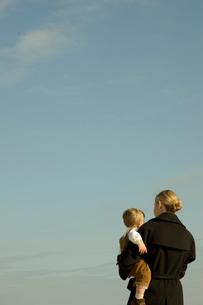 外で男の子を抱っこしている母親の写真素材 [FYI03953406]