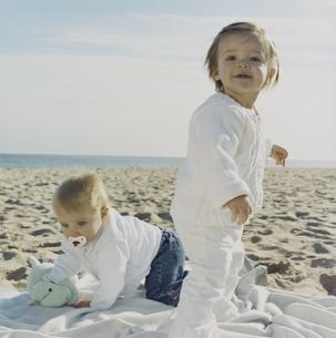 砂浜で遊ぶ女の子たちの写真素材 [FYI03953422]