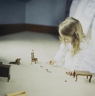 ドールハウスで遊ぶ女の子の写真素材 [FYI03953438]