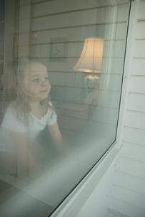 曇り窓から外を眺める女の子の写真素材 [FYI03953441]