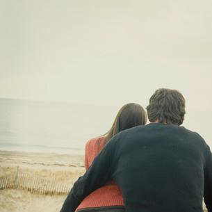 寄り添って海を眺めるカップルの写真素材 [FYI03953501]