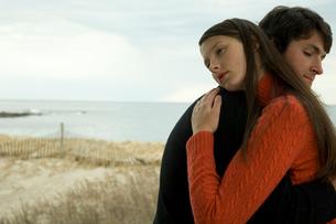 ポーチで抱き合いながら座っているカップルの写真素材 [FYI03953506]