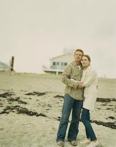 浜辺で寄り添うカップルの写真素材 [FYI03953522]