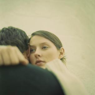 抱き合うカップルの写真素材 [FYI03953529]