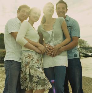 海岸で楽しそうに寄り添う男女の写真素材 [FYI03953583]