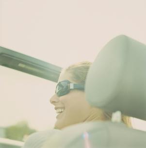 ドライブしている女性の写真素材 [FYI03953586]