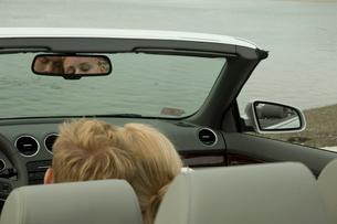 車の中で寄り添っているカップルの写真素材 [FYI03953589]