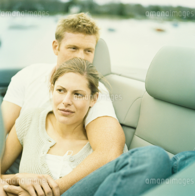 車の中で寄り添っているカップルの写真素材 [FYI03953591]