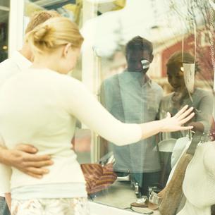 寄り添ってショッピングをするカップルの写真素材 [FYI03953612]