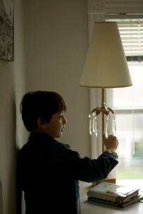 ランプを見つめる少年の写真素材 [FYI03953622]