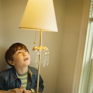 ランプを見上げている少年の写真素材 [FYI03953630]