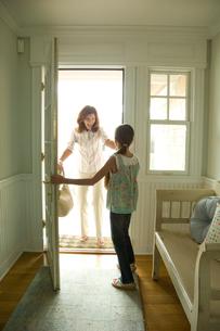玄関先で再会する祖母と孫娘の写真素材 [FYI03953652]