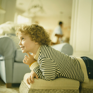 部屋で何かを見上げる少年の写真素材 [FYI03953672]