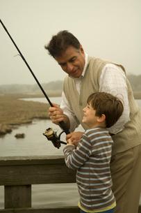 湖で釣りをする祖父と孫息子の写真素材 [FYI03953683]